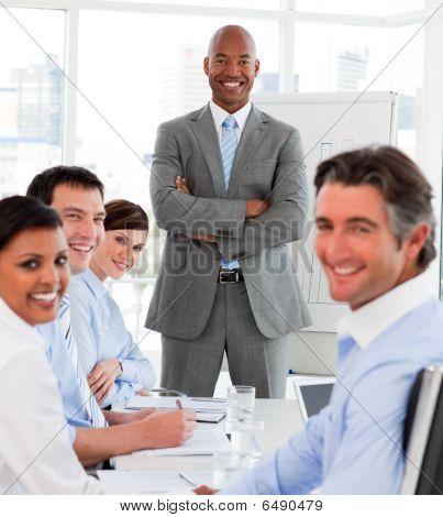 Empresario afroamericano dando una presentación a su equipo
