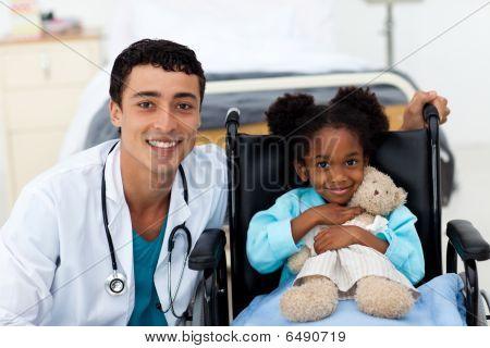 Filho do médico ajudar A doente