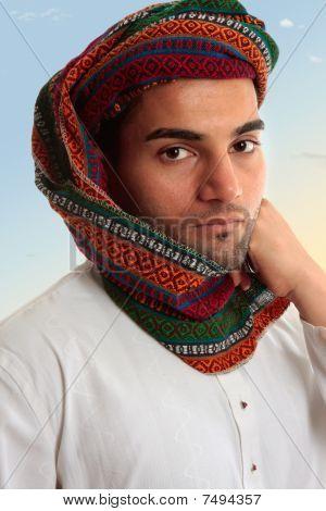 Hombre árabe en turbante tradicional Keffiyeh