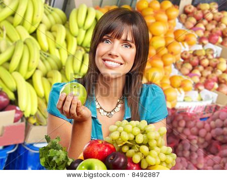 Frau, Gemüse und Früchten