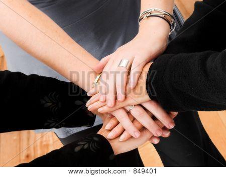 manos de trabajo en equipo de negocios