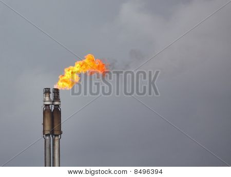 Gas-Flaring at Refinerie