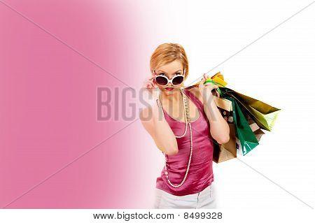 Joven bonita a mujer de compra con un montón de bolsas. Lugar en blanco para su diseño de texto