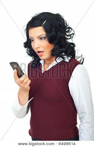 Mujer mirando sorprendió al teléfono móvil