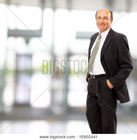 Closeup retrato de um homem de negócios maduros feliz sorrindo - Copyspace