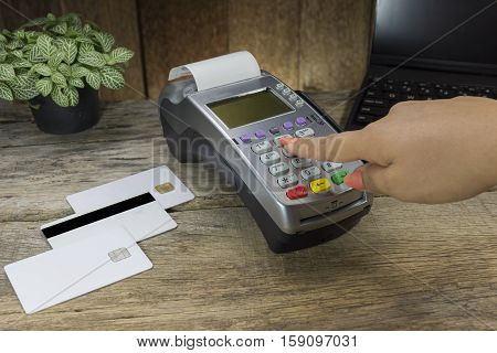 Cashier Made A Payment In Store Via Edc Or Credit Card Terminal. Have Calculator, Clock,credit Cards