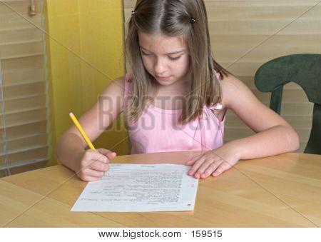 Niña haciendo la tarea