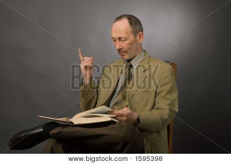 Senior hombre con libro