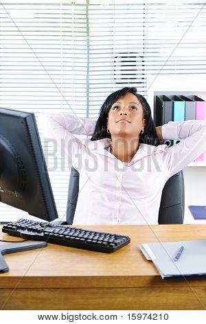 Schwarz geschäftsfrau ruhen am Schreibtisch