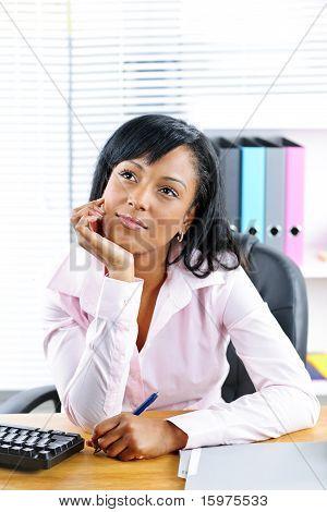 Schwarz geschäftsfrau am Schreibtisch im Büro