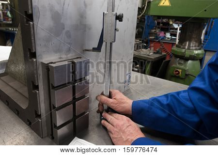 Milling produces markup metal plate with a simple planer before installing it for processing on a milling machine