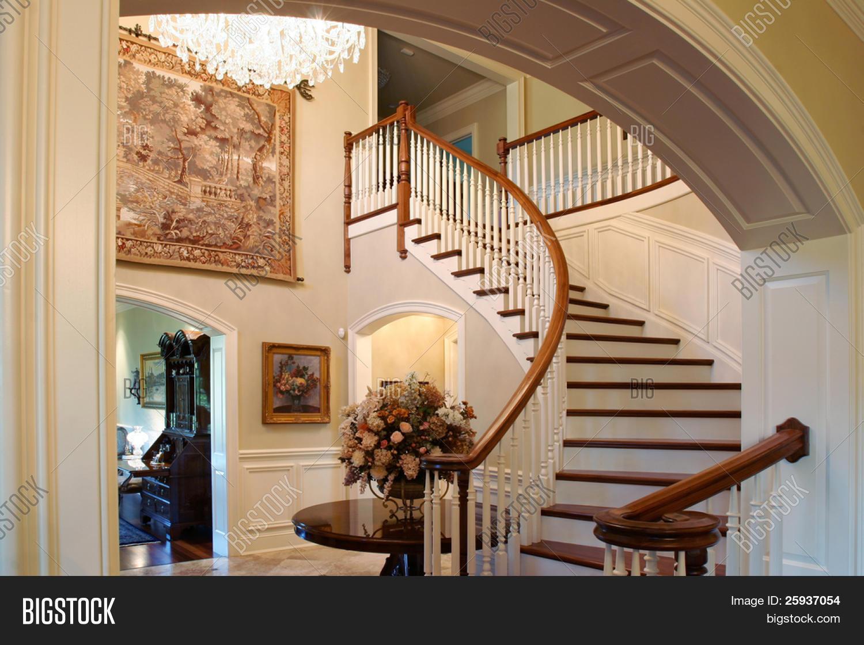 una escalera clsica en una casa de lujo