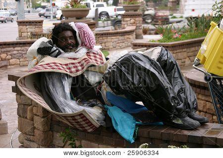ein Obdachloser Lächeln für die Kamera zeigt die Not der Obdachlosen in Kalifornien