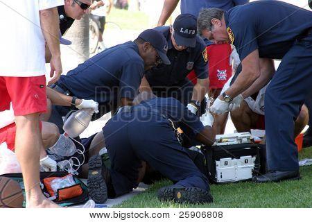 Emergência Vencie Beach Califórnia. Uma pessoa desconhecida não identificável sofre um aparente Att de coração