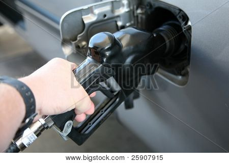 bombeo de gas en un coche