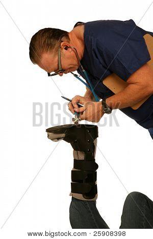 Un médico guapo y amable se confunde al escuchar un latido del corazón a través de sus pacientes lastimado la pierna y