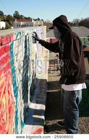 """una persona no identificable aerosol pinta graffiti en """"su propio tejado"""" para evitar problemas de policía para de"""