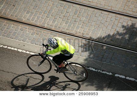 eine nicht identifizierbare Person mit dem Fahrrad fährt ans Ziel