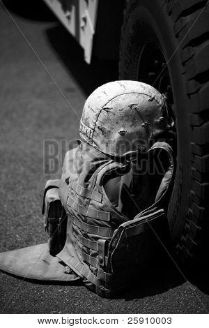 uns militärische Flack Jacke und Helm zu legen, gegen ein h1 Humvee