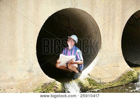 un contratista vistas impresiones azules mientras que en un sitio de construcción