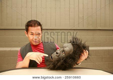 ein männliches Model macht ein Gesicht auf Antrag des Fotografen Kopf Kostüm Gorilla tragen
