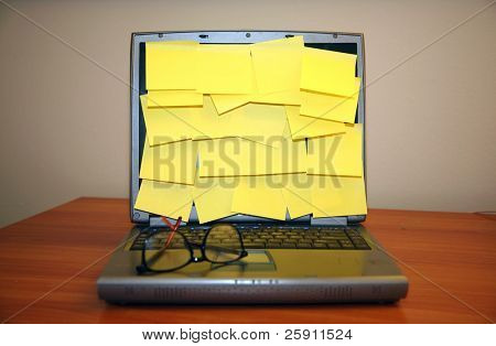 montón de notas adhesivas en blanco en una pantalla de ordenador