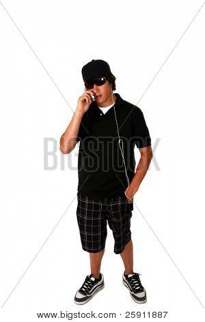 ein junger Mann hört seine Musik-Player und spricht auf seinem Handy zur gleichen Zeit