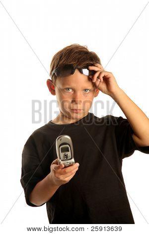 un joven comprueba su teléfono celular mientras está viajando con su caso de traje aislado en blanco con sala de