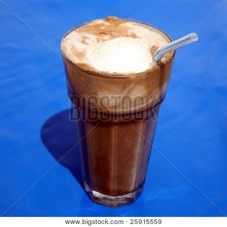 Root Beer Float, auf blau