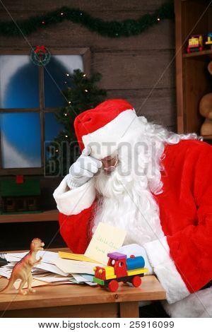 Santa Claus hat einen Kopf von gearbeitet über Schmerzen und stress vor Weihnachten