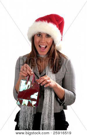 uma mulher jovem e atraente veste um chapéu de Papai Noel e vai às compras, isolado no branco