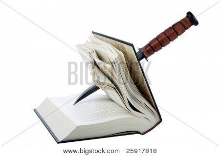 libro con una daga de pegarse a través de él aislado en blanco, con espacio para su texto, representa el asesinato