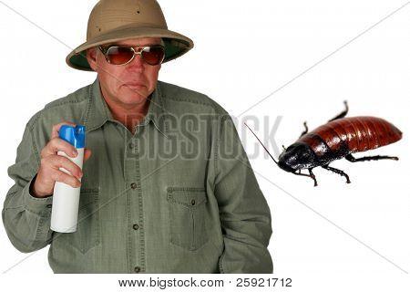 """um homem em um capacete pith sprays Bug Spray para uma barata gigante com """"não me falha"""" texto isolado o"""