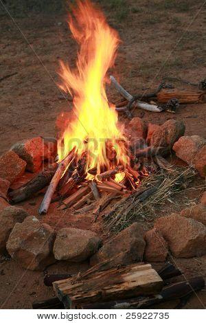 ein Lagerfeuer in eine Feuerstelle auf einem Campingplatz
