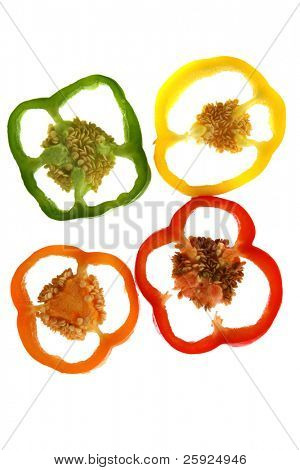 rot, grün, orange und gelbe Paprika Segmente isoliert auf weiss für Hintergrund, Tapeten, ein