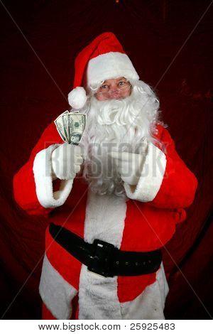 Santa Claus mantener dinero en su preparación para dar a usted para la Navidad o el concepto de la o de alto costo