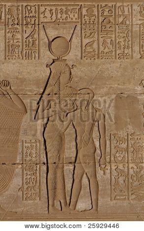 Göttin Hathor Fütterung Horus, eine Erleichterung der ptolemäischen Zeit in Dendara, Ägypten