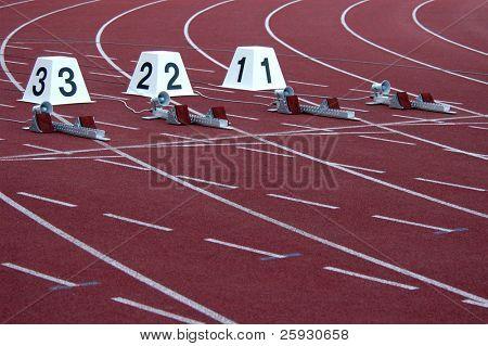 Leichtathletikstadion mit Laufbahnen und Start blocks