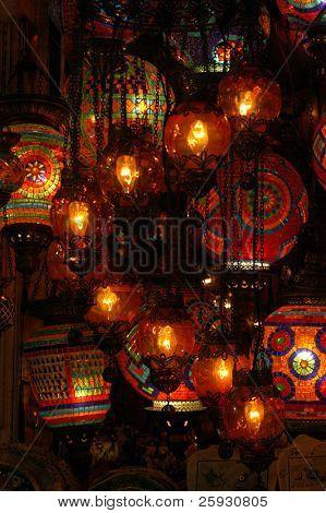 Linternas turcas en el Gran Bazar de Estambul, Turquía
