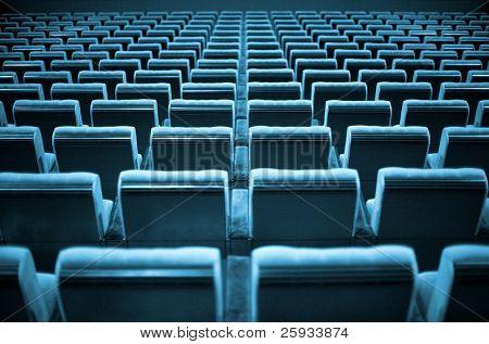 Sillas vacías en el cine o el teatro. Tono azul