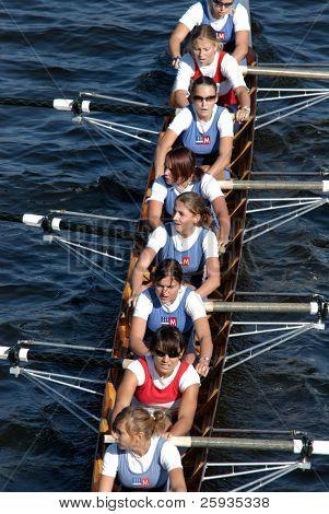 6. Juni Prag: junior weibliche Rudern team 'Sprata' Rudern voraus während eines Rennens Boot am 6. Juni 2009