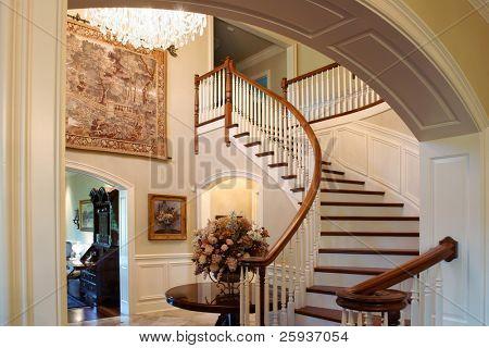 Uma escadaria clássica em uma casa de luxo