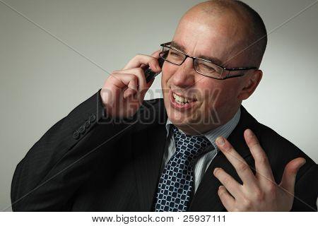 Funny zakenman praten op een mobiele telefoon.
