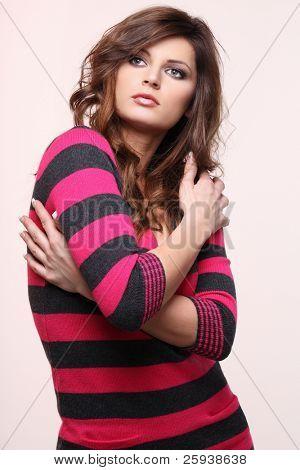 Retrato de joven lindo modelo en suéter rojo.