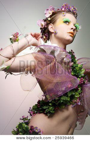 Hermosa joven disfrazado de primavera.