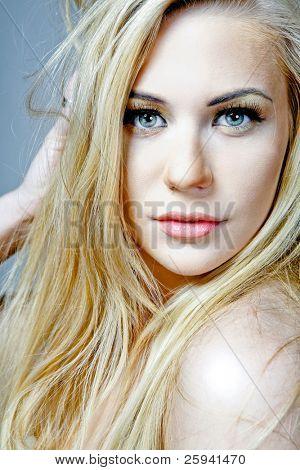 Modelo feminino atraente jovem com longos cabelos loiros.