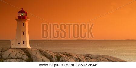 Cove Faro de Peggy al atardecer con un filtro graduado de tabaco. No un filtro de Photoshop