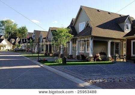 moderne Einfamilienhäuser in einer neuen Straße