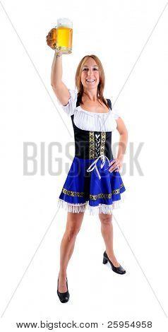 Mulher bonita, vestindo um traje tradicional azul Dirndl para Oktoberfest comemora segurando uma cerveja