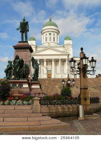 Hauptkathedrale von Helsinki, Finnland. auf der linken Statue des russischen Zaren Alexander Ii.